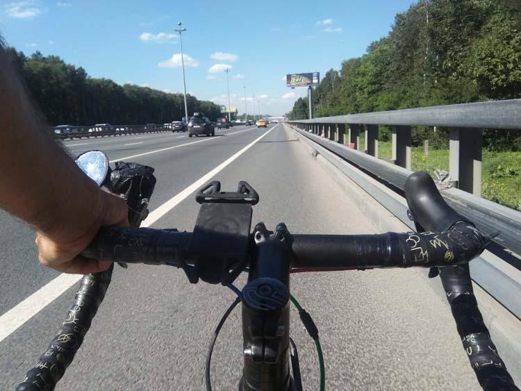 vélo sur une autoroute en russie