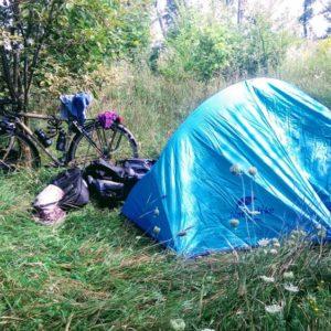 cyclotouriste en camping sauvage en france