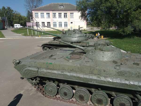 tank sur la place du village en Russie