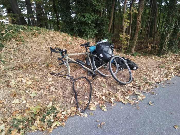 crevaison à vélo en foêt